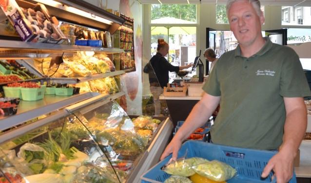 Jeroen is bezig met de laatste maand in zijn groentespeciaalzaak na 28 jaar in Wijk. FOTO: Ben Blom