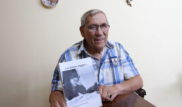 Op de foto Henk van Schalkwijk met het boek dat het eerste deel van zijn leven beschrijft. FOTO: Ad Adriaans.