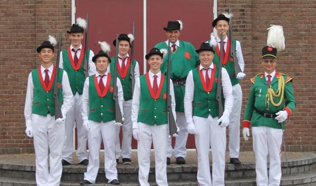 De nieuwe leden van schutterij St. Jansgilde presenteren zich. (foto: Sil Jansen)