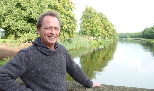 """Robin Engel van Rijkswaterstaat bij het Twentekanaal in Eefde. """"Op dit moment zitten we in de situatie dat we de pijn moeten verdelen.''"""