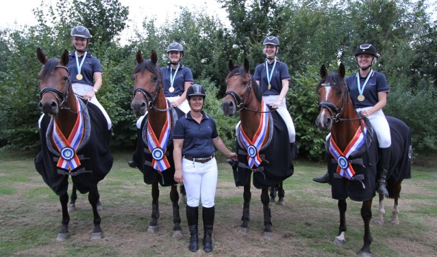 Het viertal van ponyclub de Hinnikers nam op 25 augustus deel aan het Nederlands Kampioenschap. FOTO: Ad Adriaans.