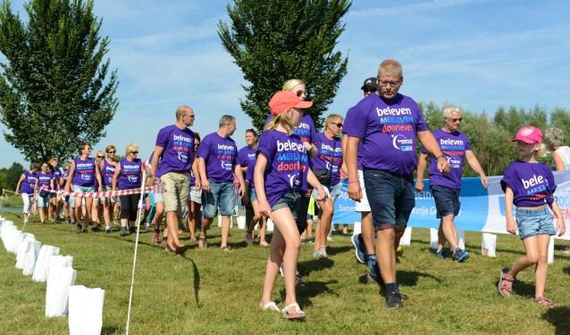 Wandelaars onderweg tijdens de 24 uurs-estafette SamenLoop voor Hoop de Liemers.