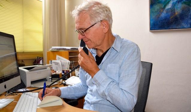 Huisarts Casper Post Uiterweer houdt een telefonisch spreekuur. Vrijdag 31 augustus gaat hij met pensioen. Foto: Sterre ten Houte de Lange