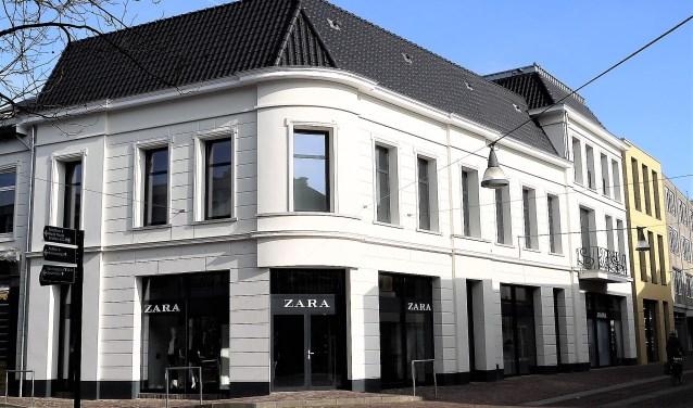 Bij Zara Home valt op dat de buitengevel grotendeels in de oorspronkelijke vorm is teruggebouwd.