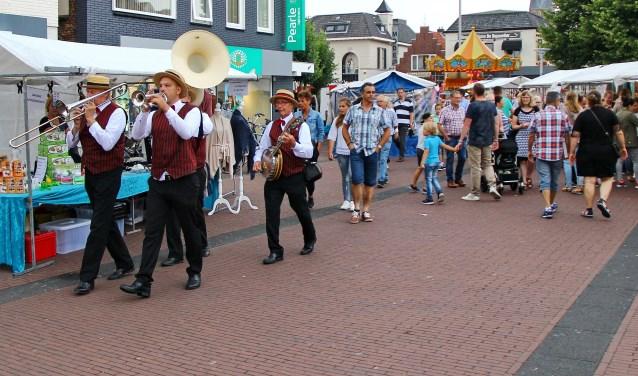Ha, gezellig: Rijssen op Straat wordt donderdag gevierd met een grote markt, muziek en koopavond. Foto: HABI Rijssen.