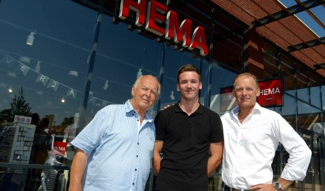 De trotse generatie Okhuizen vlnr Jan Okhuizen sr., kleinzoon Tim en zoon Joost voor het nieuwe Hema-pand in het Winkelcentrum Midden Betuwe. (Tekst en foto: Cees Hoogteyling)