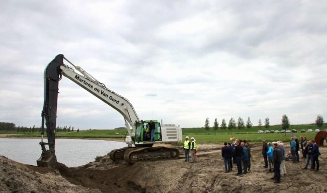 De nieuw aangelegde dam en een beekje in de Honswijkerplas (Tull en 't Waal) is inmiddels geopend. Onderdeel van de herinrichting van het gebied.