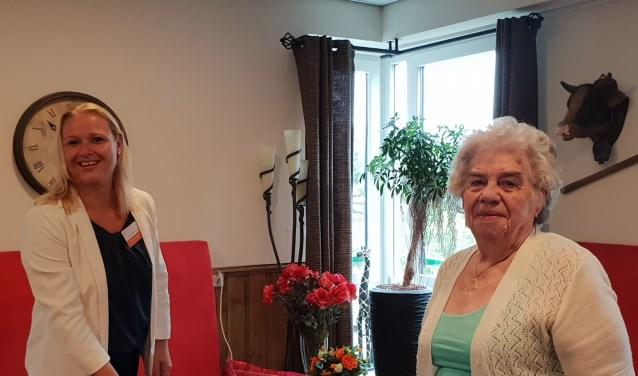 Bewoner mevrouw Van Yren van medewerker Ester van Efferen onthulden samen de BrainTrainer. (foto: pr)