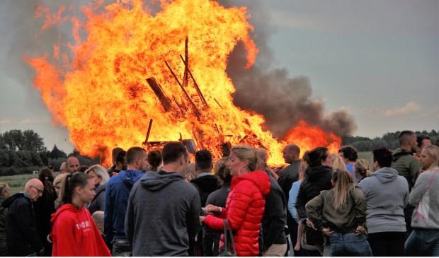 Een vlammend einde aan Timmerdorp 2018. Foto: Cok Slijkoord