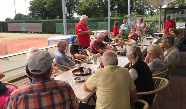 Arie van Turnhout heet iedereen welkom op het vrijwilligersfeest van de Voedselbank Land van Cuijk