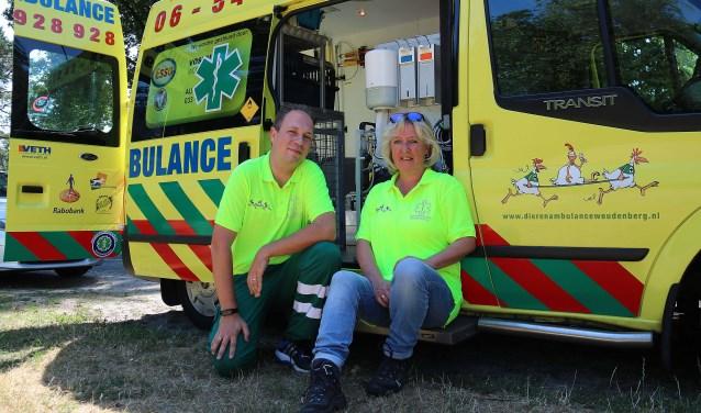 Jan Baan en Corine Mulder, twee van de bijna 30 vrijwilligers van de Dierenambulance Woudenberg e.o. FOTO: Hanny van Eerden