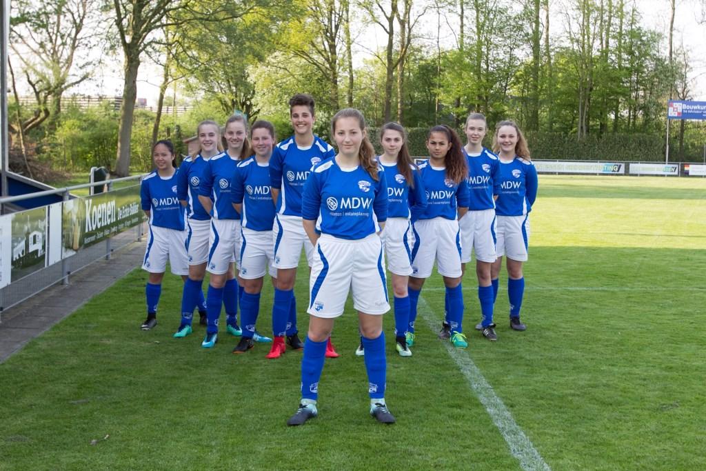 De meiden van Sportclub Westervoort met in het voorste gelid Romy Gal.