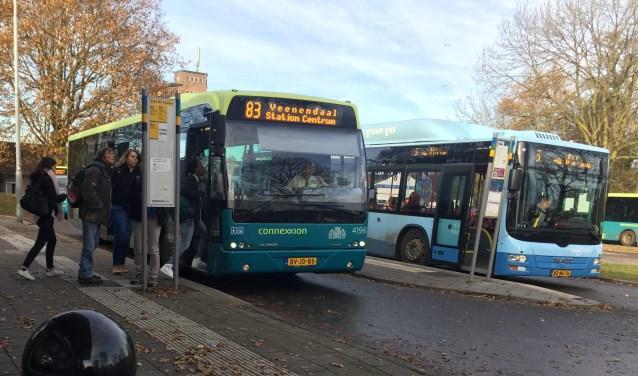 Een bus van Connexxion (links) en Syntus (rechts) bij het busstation van Veenendaal-De Klomp. (foto: Danny van Zeggelaar)