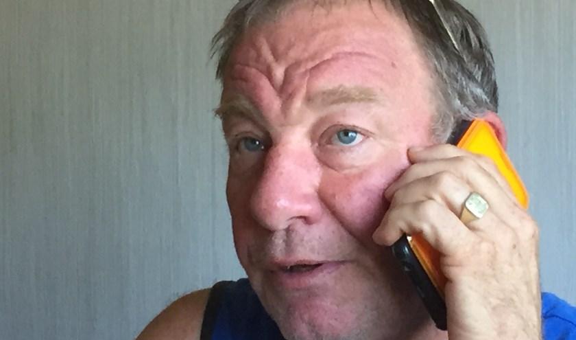 Het oor rood van het telefoneren.