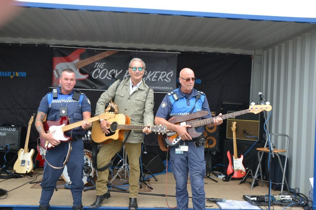 De mannen van Handhaving Den Haag samen met organisatie wilden ook wel eens op het podium staan.   © Persgroep