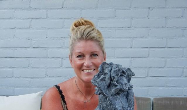 Yvonne Telleman met haar beeld 'Wat is het leven mooi'.
