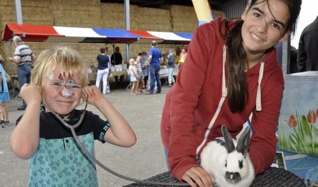 Rens Krijn (6) uit Hank meet de hartslag van een konijn. Hanna van der Hoeven van de Prinsentuin uit Andel vond dat in Krijn een goede dierenarts schuilt.
