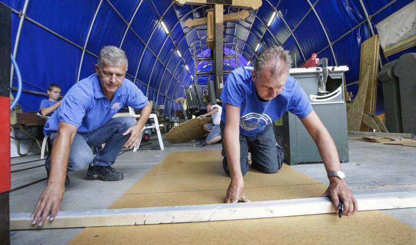 Leden van Ge Wit 'T Oit Noit Nie klussen aan hun Brabantsedag-creatie. Foto: Jurgen van Hoof