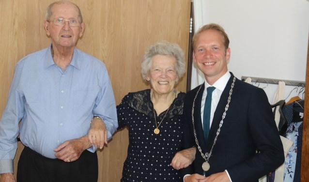 Het diamanten echtpaar Borgstein -Verkerk met burgemeester Gerdo van Grootheest.