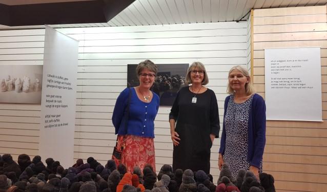 Jacqueline van Bergeijk, Gelske Kwikkel en Annie van Gansewinkel zijn trots op hun expositie, (foto: Kees Stap)