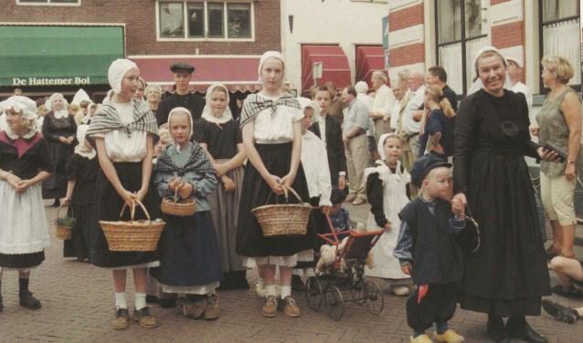 Iedere inwoner in historische kledij kan mee doen aan de historische optocht als sluitstuk van het Dikke Tinnefestival. (Archieffoto Hattem 700)