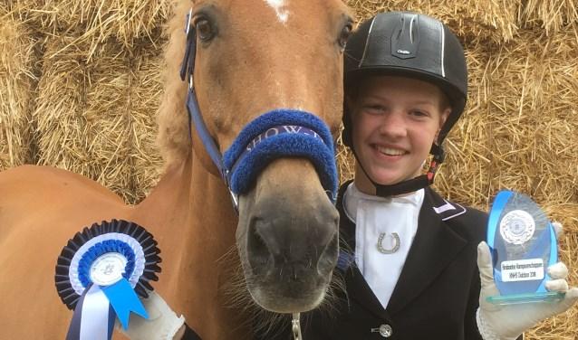Een trotse Sharon van der Velden toont haar gewonnen prijs bij de Brabantse Kampioneschappen.