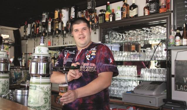 Nico de Ridder achter de bar van zijn favoriete café De Tol, waar ook zijn Hollandse avond wordt gehouden.
