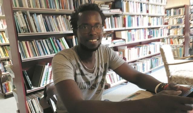Fiston Runyemera (30) komt uit Congo en werkt vijf dagen per week in de eurowinkel van de Stichting Vluchtelingenkinderen. FOTO: Maarten Bos