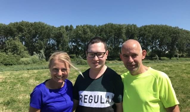 Arie Pankras sr. en Gerda hopen dat er snel een medicijn is voor de aan een bijzondere spieraandoening lijdende Luc Schroots (m). (foto: pr)