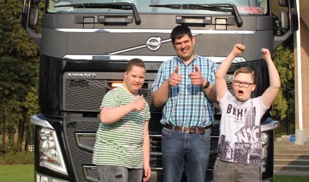 De deelnemers aan de Truckrun zijn altijd enthousiast om in de vrachtwagen stappen voor een mooie rit. Foto: Stichting Truckrun Rijssen-Holten.