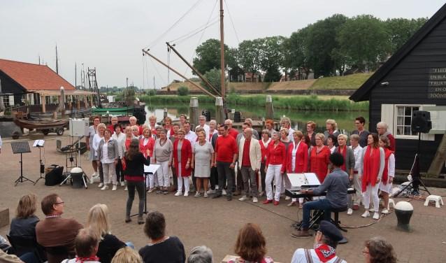 HUGO popkoor tijdens een optreden in de Historische Haven in Woudrichem