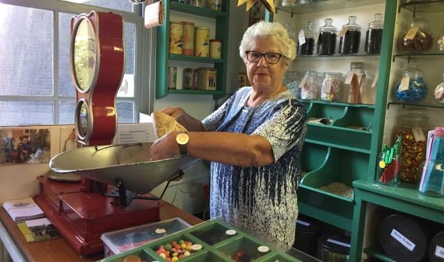 Mevrouw Pos heeft het nog goed naar haar zin in de snoepwinkel Winkel van Sinkel in Benthuizen.