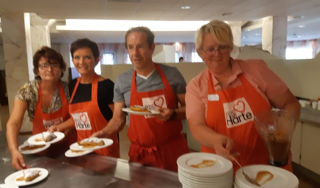 Onze verslaggever Frans Limbertie tussen de dames van Resto vanHarte klaar om het eten uit te serveren.