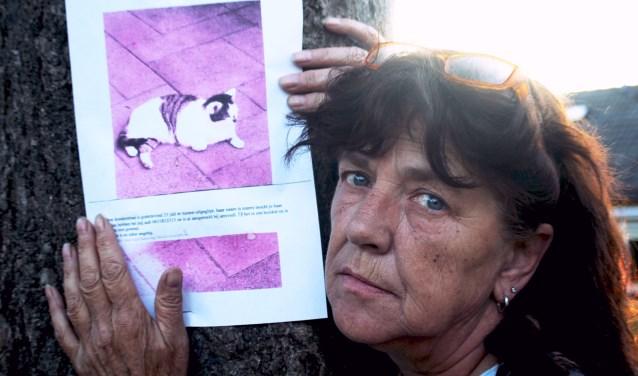 Nelly Harkink bij één van de verspreide flyers.