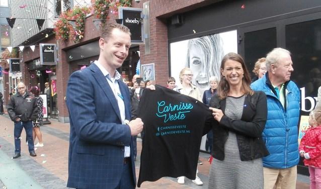 Wethouder Tanja de Jonge toont de nieuwe huisstijl van Carnisse Veste (Foto JvdS)