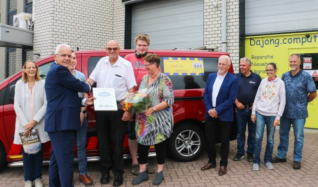 De zes Bruggenbouwers Award was voor de verraste Johan.(Foto: W.V.H. van Helden)