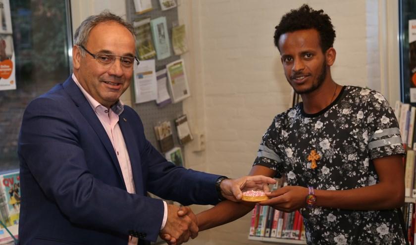 De toenmalige wethouder Poel in het Taalcafé met Eritreeër Gere Berhane Bayru over het thema geboorte. (Archieffoto: Marco van den Broek)