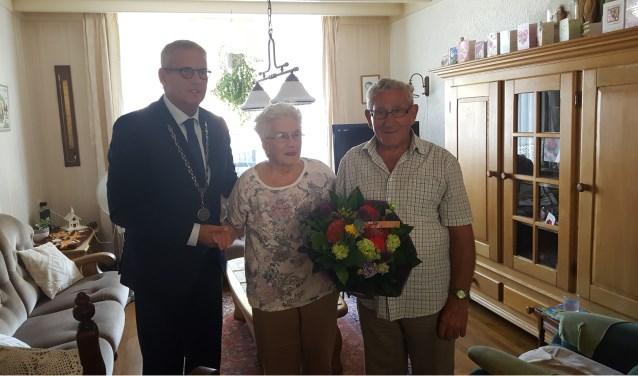 Burgemeester Ruud van den Belt kwam persoonlijk het paar feliciteren met hun 65-jarig huwelijksjubileum.