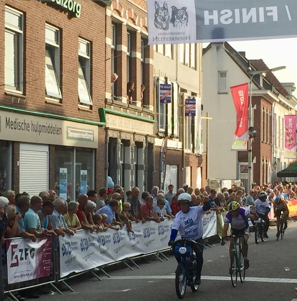 Willem Jan v Loenhout won de 2e manche oud-beroepsrenners. Foto: Bert Pessink © Persgroep