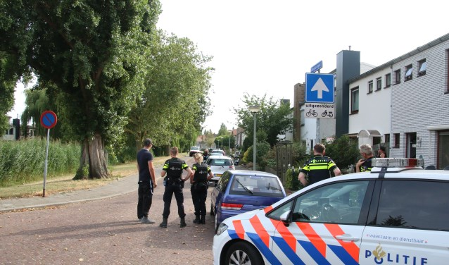 Veel politie in de Bankasingel. (Foto: GinoPress)
