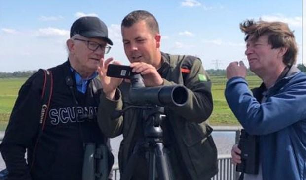 Boswachter Thomas van der Es met de twee professoren. (foto: pr).