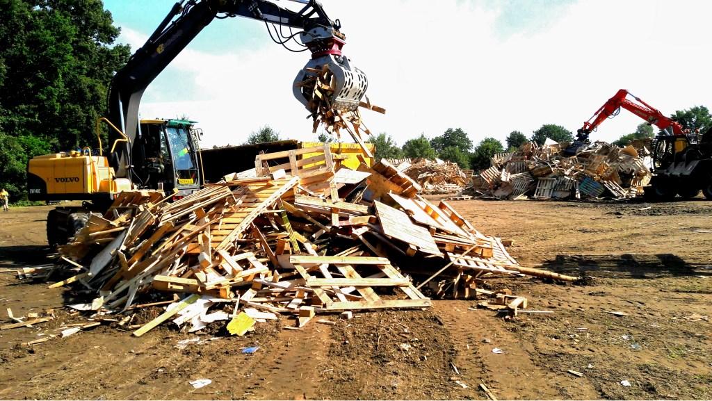 Geen kinderen erbij! Je zult maar zien dat jouw hut door die gemene grote grijper wordt vernietigd en in de container gegooid... Jouw werk!  © Persgroep