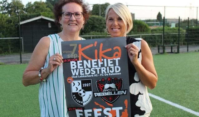 Wilma van Herk (links) en Anita Burggraaf hebben zin in de KiKa-wedstrijd bij voetbalvereniging Lekkerkerk.