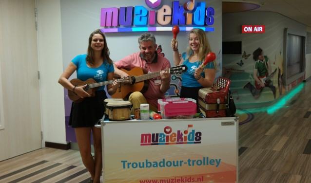 Ilona, John en Leanne. De organisatie van deze TOP-week heeft de Muziekids studio gekozen als goed doel. foto: Evelien