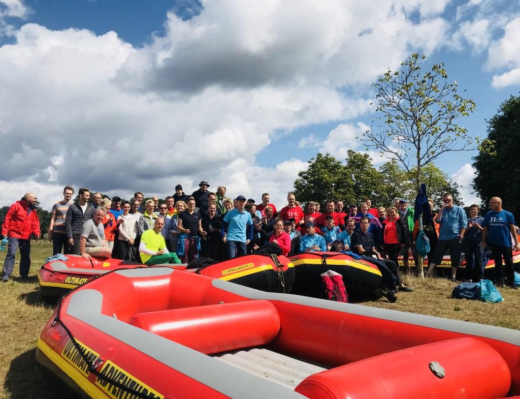 Duitse en Nederlandse teams ontmoeten elkaar tijdens de eerste Raft Regatta op de Berkel! Een nek aan nek race met als winnende team het Waterschap Rijn en IJssel!  Foto: Stichting Berkelfestival © Persgroep