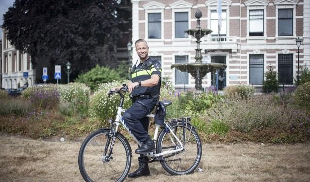'Op de fiets heb je veel meer contact met de mensen uit de wijk en daarbij kun je met een auto niet alle straten in', aldus Bart.