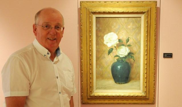 Bertus van 't Holt bij het schilderij 'Rozenstuk' van Willy Martens, studie- en tijdgenoot van Jan Voerman senior. (foto: Voerman Museum Hattem)