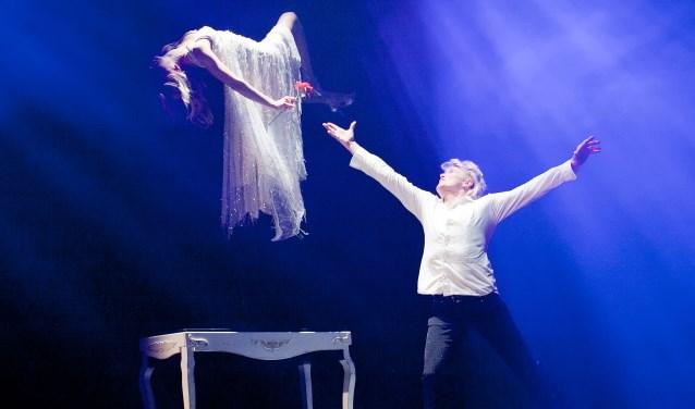 Op onbegrijpelijke wijze laat Hans Klok een vrouw zweven, om er vervolgens naast te hangen. Foto: Andy Doornheim