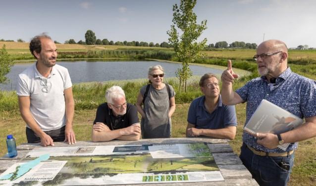 Van links naar rechts Henri Swinkels, Peter Ketelaars, Ans Jager, provincie-directeur Jeroen Smarius en Noud Bongers. Foto: Marc Bolsius