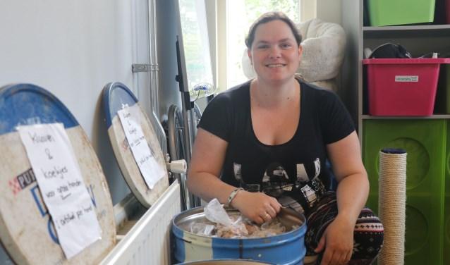 Monique tussen de honden- en kattensnoepjes in de dierenvoedselbank die een keer per maand de deuren opent. (Foto: Charella Hulsbosch)